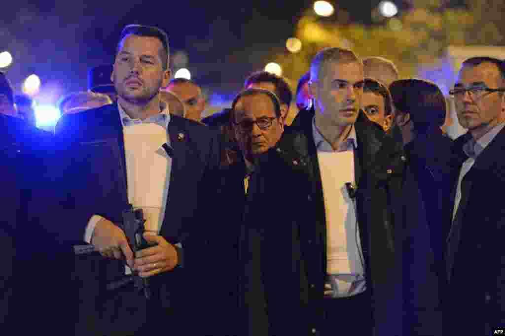Кейін терроршылардан азат етілген «Батаклан» концерт орталығына Франция президенті Франсуа Олланд (ортада) келді. 14 қараша 2015 жыл.