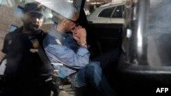 Машиніст Франсіско Ґарсон під час транспортування з поліцейського відділку до суду Сантьяго-де-Компостелла, 28 липня 2013 року