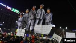 Демонстранттардын Социал-демократиялык партиянын лидерлерине нааразылык билдирүү ыкмасы. Бухарест, 12-февраль, 2017-жыл.