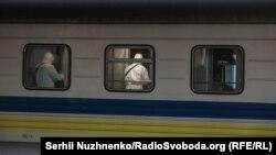 На Центральному залізничному вокзалі Києва кілька годин перевіряли потяг «Чотири столиці», який прибув із Риги в рамках евакуації громадян України через спалах коронавірусу у світі, Київ, 23 березня 2020 року