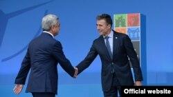 Соединенное Королевство - Генсек НАТО Андерс Фор Расмуссен (справа) приветствует президента Армении Сержа Саргсяна на саммите НАТО, Ньюпорт, 4 сентября 2014 г.