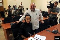 با همسرش یگانه صالحی در حال پوشش نشست خبری وزارت خارجه ایران، پیش از بازداشت و محاکمه