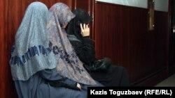 Жены осужденных мусульман, обвиненных в терроризме. Алматы, 10 сентября 2012 года. Иллюстративное фото.
