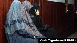 """Жены подсудимых по делу """"Терроризм"""" сидят в здании суда. Алматы, 10 сентября 2012 года."""