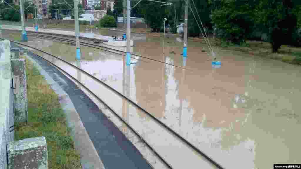Затопленными оказались также автовокзал и железнодорожные пути. Территория автовокзала Севастополя покрыта слоем грязи