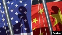 بيجنګ: د چين په پلازمېنې کې د یوه نړیوال هوټل مخې ته د امریکا و چین قامي بیرغونه. د ۲۰۱۱ز کال د جنورۍ ۱۷مه.