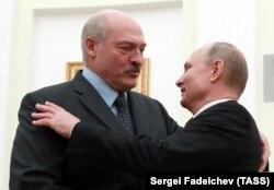 Володимир Путін (п) вітає Олександра Лукашенка (л) під час зустрічі в Кремлі, Москва, 29 грудня 2018 року