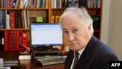Британский судья Сэр Роберт Оуэн.
