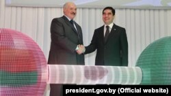 Türkmenistanyň prezidenti Gurbanguly Berdimuhamedow (çepde) we Belarusyň prezidenti Aleksandr Lukaşenko (sagda)