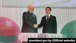 Президенты Туркменистана и Беларуси Г.Бердымухамедов (справа) и Александр Лукашенка (слева) на церемонии открытия Гарлыкского калийного комбината, 31 марта, 2017