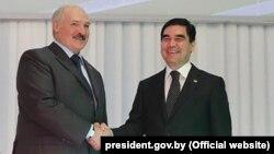 Türkmenistanyň we Belarusyň prezidentleri Gurbanguly Berdimuhamow (ç) we Aleksandr Lukaşenka (s)