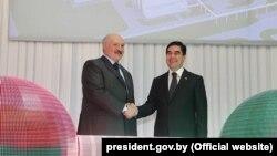 Türkmenistanyň we Belarusyň prezidentleri G.Berdimuhamedow (s) we Aleksandr Lukaşenka (ç) Garlykdaky kaliý kombinatynyň açylyş dabarasynda, 31-nji mart, 2017