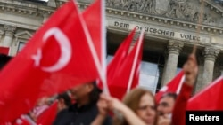 Գերմանիա - Թուրքերի ցույցը Բունդեսթագի շենքի դիմաց՝ Հայոց ցեղասպանությունը ճանաչող բանաձևը չընդունելու պահանջով, Բեռլին, 1-ը հունիսի, 2016թ․