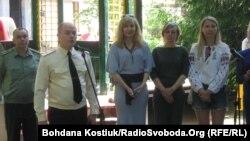 Директор Головного клінічного військового госпіталю Анатолій Казмірчук та волонтери, Київ, 6 червня 2015 року