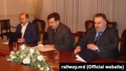 Șeful CFM, Iurie Topală (stânga), semnând un acord de colaborare cu omologul său ucrainean Alexander Zavgorodniy (dreapta) și guvernatorul regiunii Odesa Mihail Saakașvili, octombrie 2015