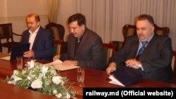 Генеральный директор Железной дороги Молдовы Юрий Топалэ (слева) подписывает соглашение о сотрудничестве со своим украинским коллегой Александром Завгородним и губернатором Одесской области Михаилом Саакашвили; октябрь 2015 года.