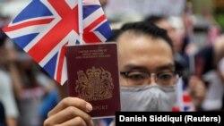 Протестувальник із паспортом Сполученого королівства перед британським консульством у Гонконгу, архівне фото