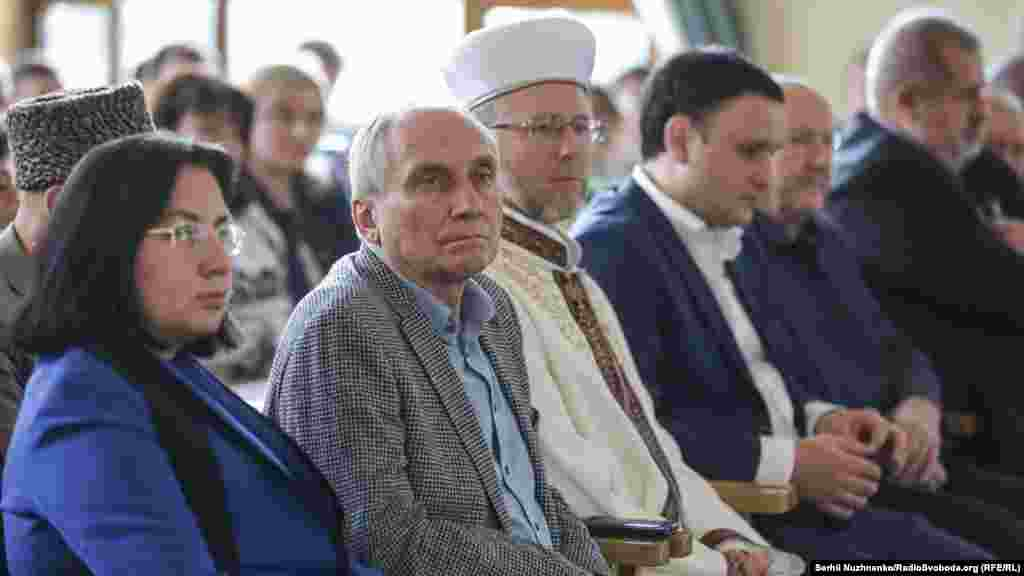 Donbassta rusiye esirliginden azat etilgen ukrain tarihçı İğor Kozlovskıy (sol taraftan ekinci)