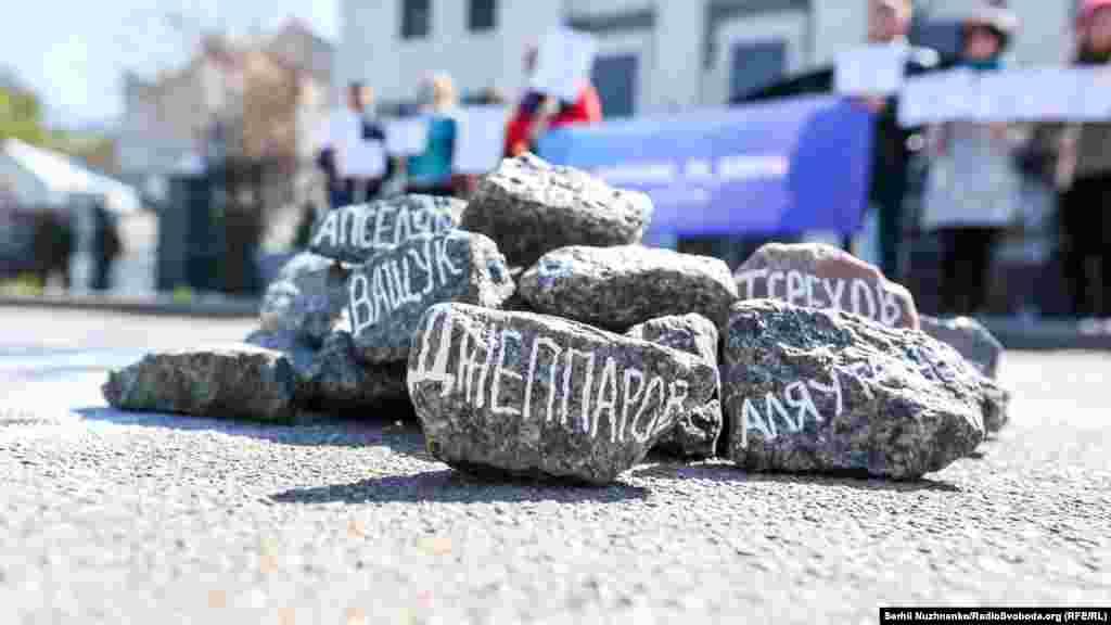 После этого участники акции положили к краю нарисованной пропасти горсть камней, которые символизируют людей, падающих в эту пропасть. На каждом камне написали имена пропавших без вести крымчан.