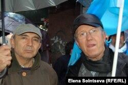 Крымский татарин Тодор (справа) на демонстрации в Стамбуле 8 марта 2014