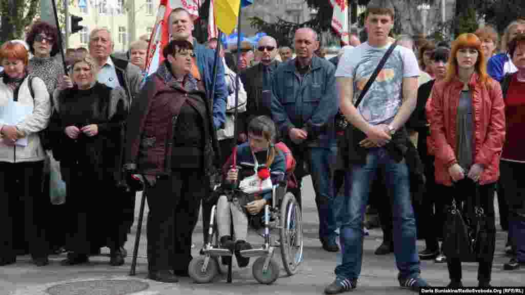 Мітингувальники під міськвиконкомом після сесії підтримують мера
