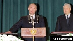 Владимир Путин присягает на Конституции во время инаугурации, 2000 г.