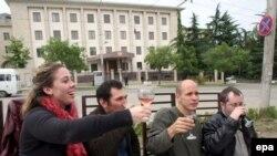 Демонстративные акции солидарности с «репрессированными» напитками остались позади. Саакашвили предлагает России решить вопрос по-хорошему. Иностранцы гуляют под окнами российского посольства (архивное фото)