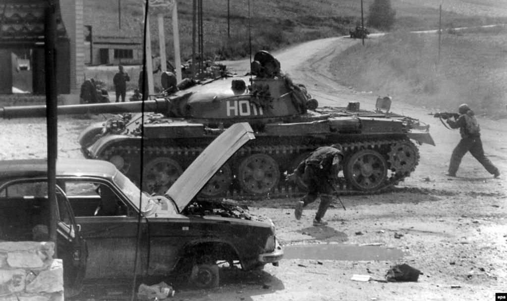 Ресей әскерилері Шешенстаннан Дағыстанға қарай өткен сепаратистік топтармен соғысып жатыр. 1999 жылдың қыркүйегі.