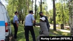 Poliția reținând oameni la Almatî. 06.06.2020