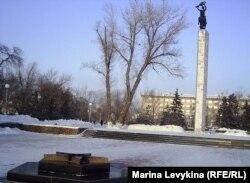 Погасший Вечный огонь в сквере Победы. Семей, 23 января 2012 года.
