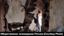 Стены дома сохранились, но жить там невозможно: крыша сгорела, мародеры срезали даже батареи