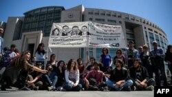 Mbështetës të akademikëve të arrestuar turq, të tubuar para gjykatës në Stamboll.