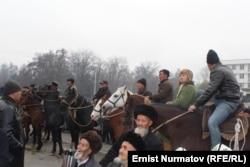 Мелис Мырзакматовтің қолдаушылары шеруде тұр. Ош, 7 желтоқсан 2013 жыл.