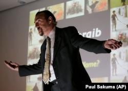 Філіп Зімбардо під час лекції про тортури в американській в'язниці Абу-Грейб в Іраку, Каліфорнія, 2007 рік