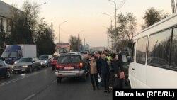 Люди ловят такси на остановке «Гиперхаус» в Шымкенте. 13 ноября 2019 года.