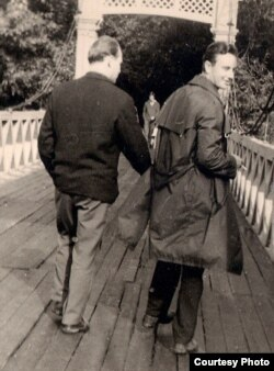Міхась Стральцоў (справа) і Мікола Капыловіч. Менск, парк імя М. Горкага, канец 1960-х гг. З фондаў БДАМЛМ