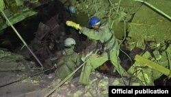 """Спасатели работают на месте обрушения пола на рынке """"Кара-Суу"""". Ошская область, Кыргызстан, 3 ноября 2012 года."""