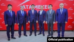 Слева направо: Темир Сариев, Рыскельди Момбеков, Жанар Акаев, Тилек Токтогазиев, Азамат Темиркулов и Омурбек Текебаев. Июнь 2020 года.