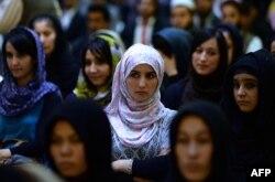 Ауған әйелдері Кабулдағы неке сарайында Фаузия Куфидің сөзін тыңдап тұр. 26 қыркүйек 2013 жыл.