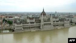 Вода підтопила головну принаду Будапешта -- будівлю угорського парламенту