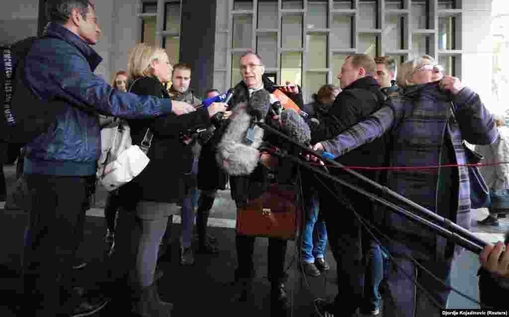 СРБИЈА - Српски адвокат дава изјава за медиумите по изрекувањето на пресудата за обвинетите за палење на Американската амбасада во Белград 2008 година. Американската амбасада во Србија оцени дека тешко е да се сфати што не се казнети со затвор обвинетите за опожарувањето на нејзината зграда во 2008 година, откако белградскиот Виш суд им изрече условни казни на четворица обвинети, додека тројца други беа ослободени од обвинението поради недостиг на докази.