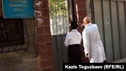 Алматы қалалық әскерге шақырылғандарды жинақтау орнына келген дәрігерлер. Алматы, 3 қазан 2012 жыл.