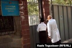Врачи у ворот городского сборного пункта призывников. Алматы, 3 октября 2012 года.