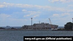 Судно забезпечення США USNS Yuma біля причалу Одеського порту