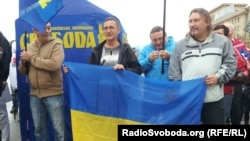 Митингующие с украинским флагом. Харьков, 30 августа 2012 года.
