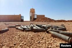 Пустые гильзы лежат на земле у базы курдских боевиков после заявления ИГ о взятии региона под свой контроль. Провинция Ракка, Сирия, 7 октября 2014 года.