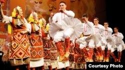 """Националeн ансамбл на народни песни и игри од Македонија - """"Танец""""."""