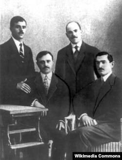 Üzeyir Hacıbəyov Müslüm Maqomayev, Hənəfi Terequlov və Hüseynqulu Sarabski ilə birgə Bakıda, 1917-ci il.