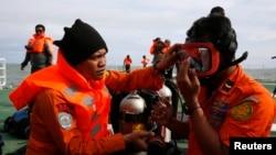 Ұшақ құлаған маңда жүрген индонезиялық сүңгуірлер. Ява теңізі, 2 қаңтар 2015 жыл.