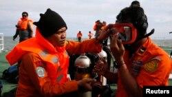 Индонезиялық құтқарушылар Ява теңізінің ұшақ құлаған аймағында. 2 қаңтар 2015 жыл.